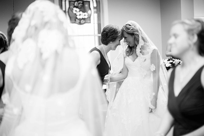 mom-and-bride-moment